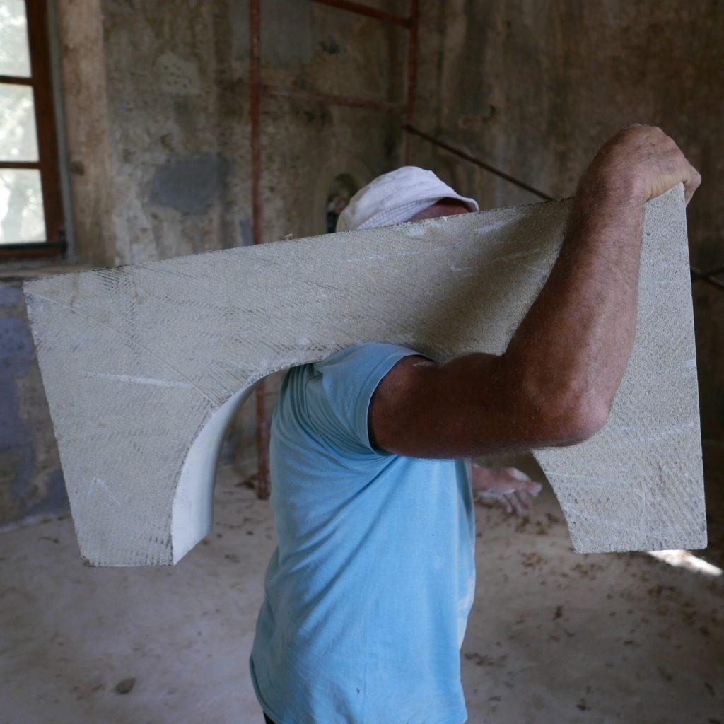 Σήμερα εγκαταστάσαμε ένα νέο παράθυρο στην παλιά εκκλησία μαζί με τον Άδωνη.